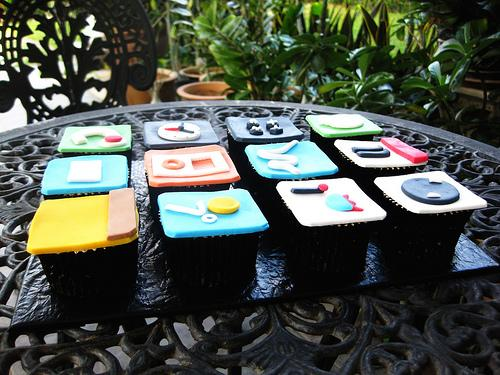 The iPod Touch iPhone Themed Cupcakes (2)