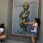 3d peeing statue