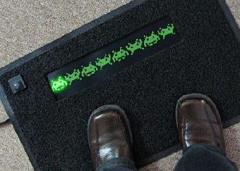 L'univers des Geeks - Page 3 %E2%80%9CBack-Off%E2%80%9D-LED-Space-Invaders-Door-Mat